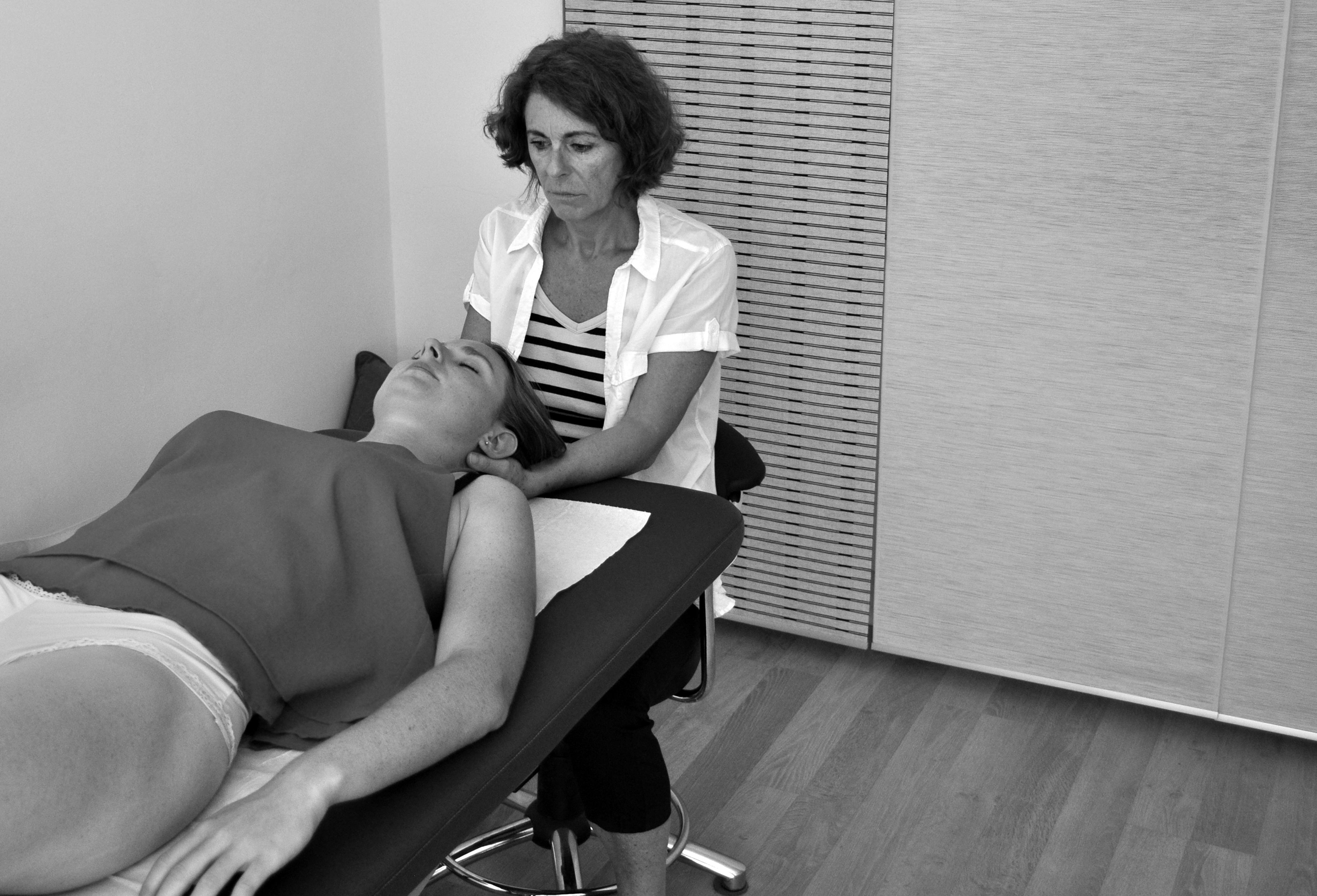 Séance d'ostéopathie au cabinet pour douleurs cou