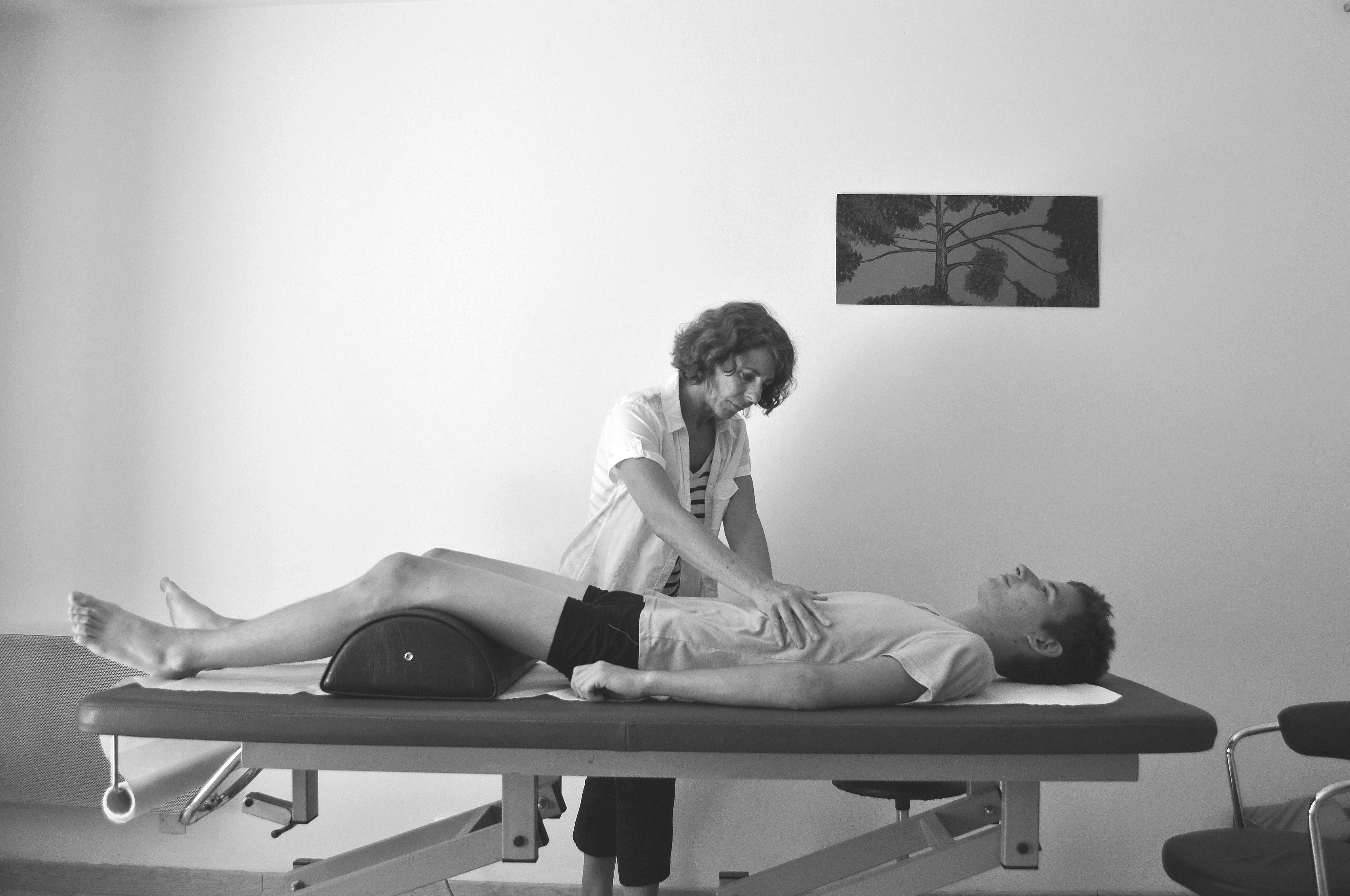 Séance d'ostéopathie au cabinet pour douleurs abdominales